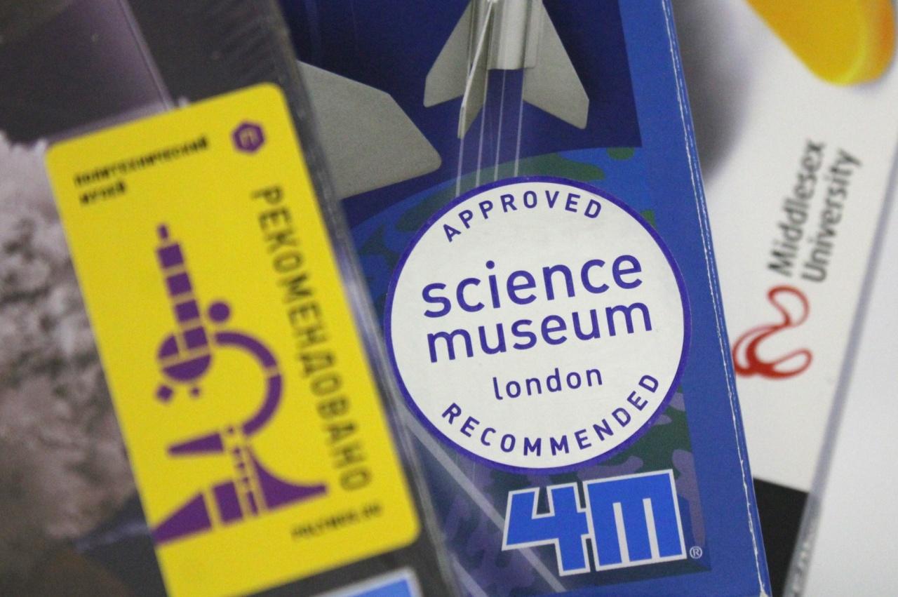 Стикеры престижных университетов и музеев на наборах 4М